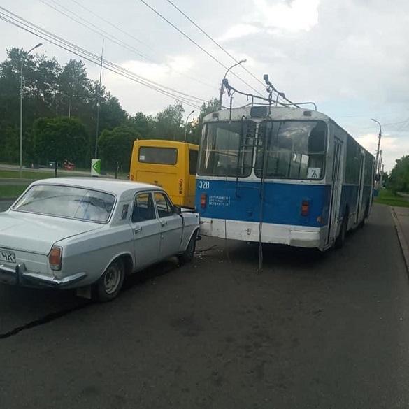 У Черкасах автомобіль в'їхав у тролейбус (ФОТО)