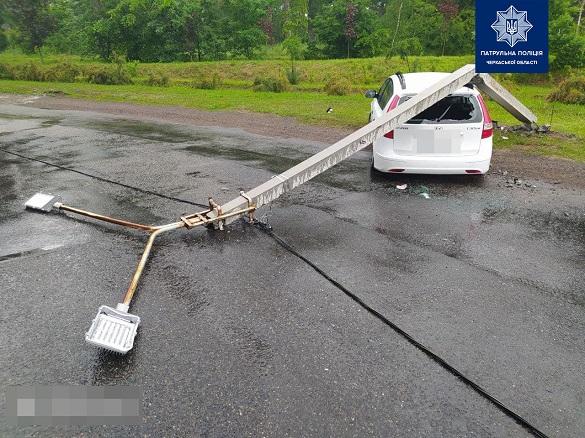ДТП у Черкасах: водій легковика зніс електроопору (ФОТО)