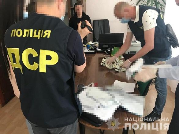 Службова особа в Черкасах намагалась отримати хабар у розмірі майже дві тисячі доларів (ФОТО)