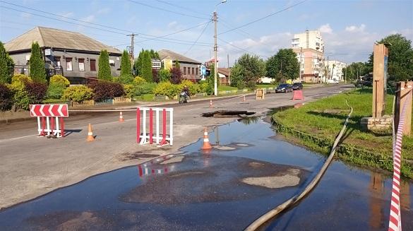 Провалля над колектором: у Золотоноші жителі одного з районів залишилися без води (ФОТО, ВІДЕО)