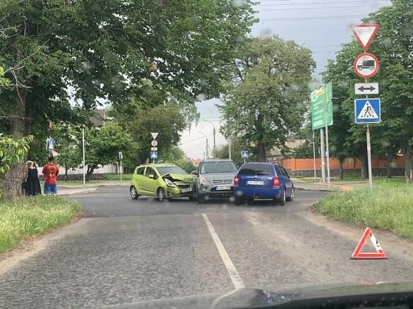 У Черкасах на перехресті сталася потрійна аварія (ФОТО)