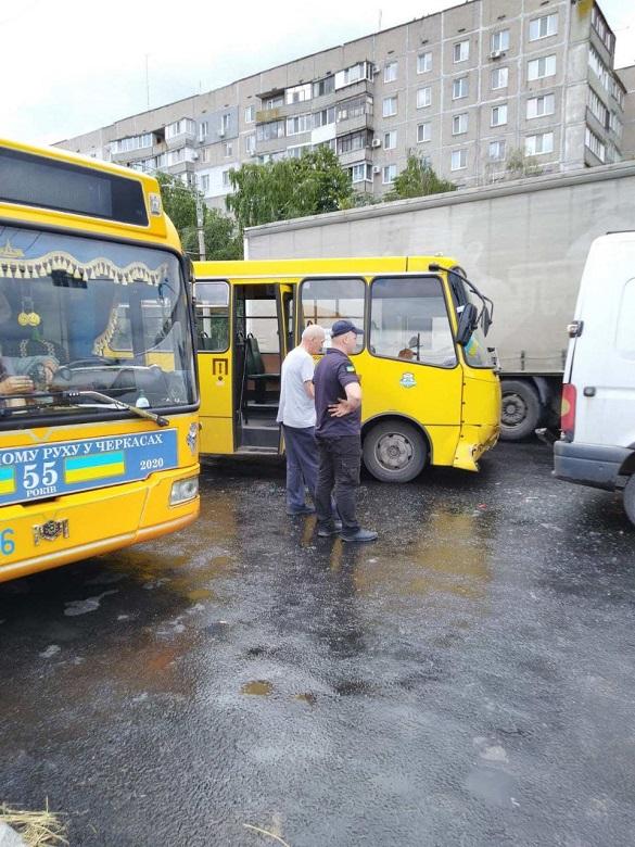 Мікроавтобус та маршрутка зіштовхнулися в Черкасах: є постраждалі