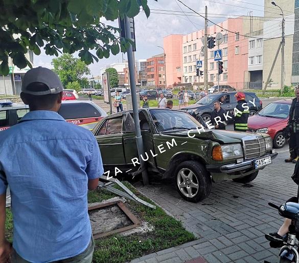 У Черкасах зіштовхнулись два автомобілі: один із них в'їхав у світлофор (ФОТО)