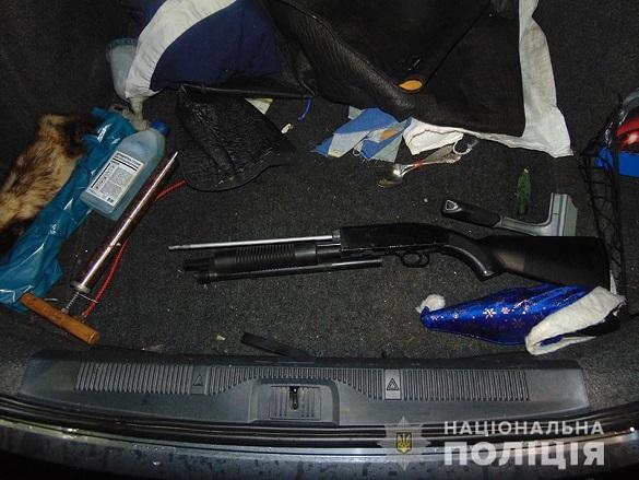 Гучно слухав музику та порушував спокій: у Черкасах поліцейські виявили у чоловіка зброю (ФОТО)