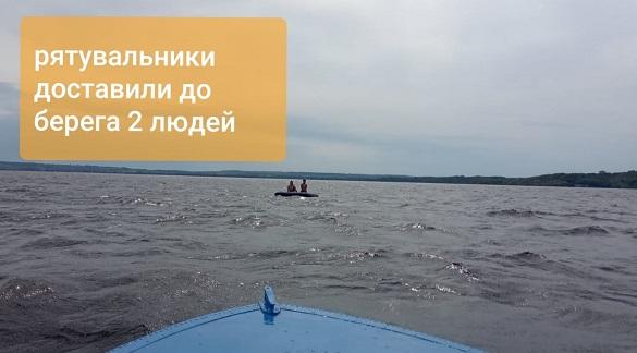 На Черкащині неподалік бази відпочинку рятувальники допомогли жінці з дитиною дістатися берега