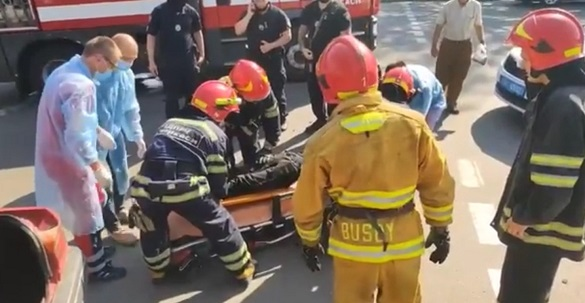 У Черкасах сталася аварія з постраждалими: рятувальники з понівеченого автомобіля діставали водія