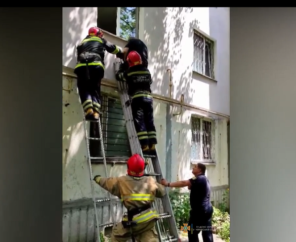 У Черкасах рятувальники знімали дитину з газової труби (ВІДЕО)