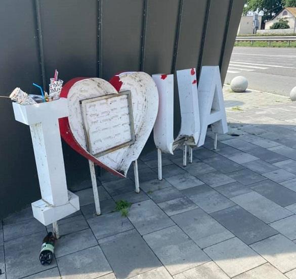 Вандали понівечили багатомільйонний оглядовий майданчик на черкаській дамбі (ФОТО)