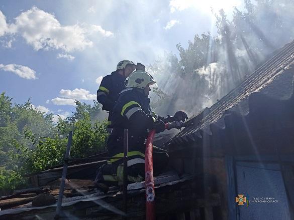 Горіли дрова та надвірна споруда: на Черкащині рятувальники ліквідовували пожежу