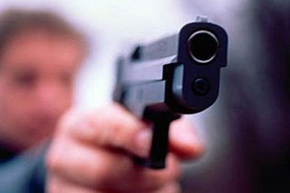 Серед білого дня: у Черкасах чоловік із пістолету вистрілив у двох людей та втік