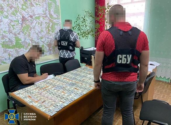 Один із посадовців Черкаської області погорів на хабарі у 10 тисяч доларів