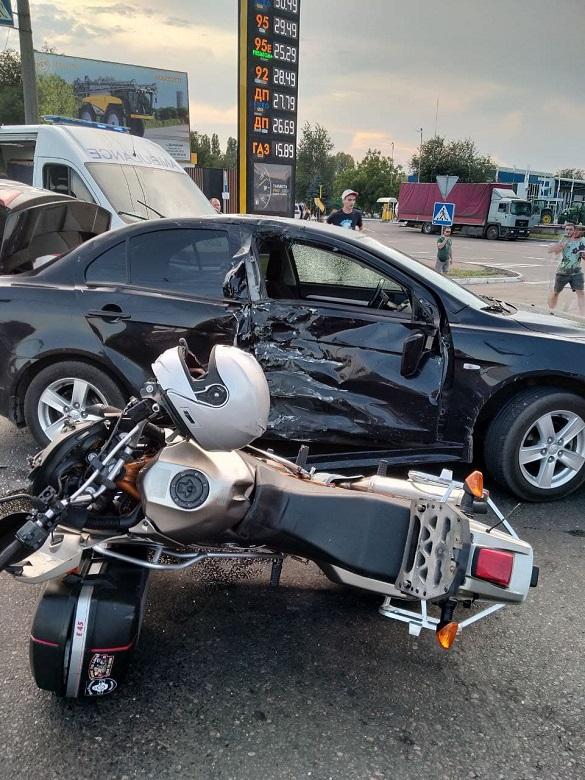 У Черкасах зіштовхнулися автомобіль та мотоцикл: двоє постраждало (ФОТО)
