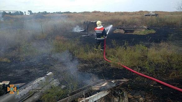 Від удару блискавки на Черкащині загорілась надвірна споруда