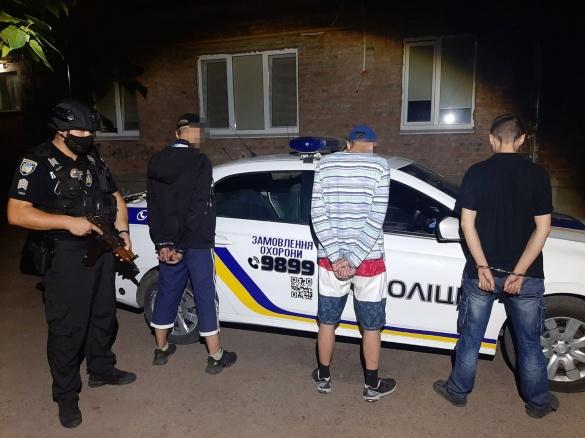 У Черкасах біля багатоповерхівки спіймали трьох чоловіків із наркотиками