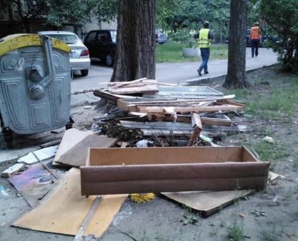 У Черкасах великогабаритне сміття викидував чоловік із Великої Британії