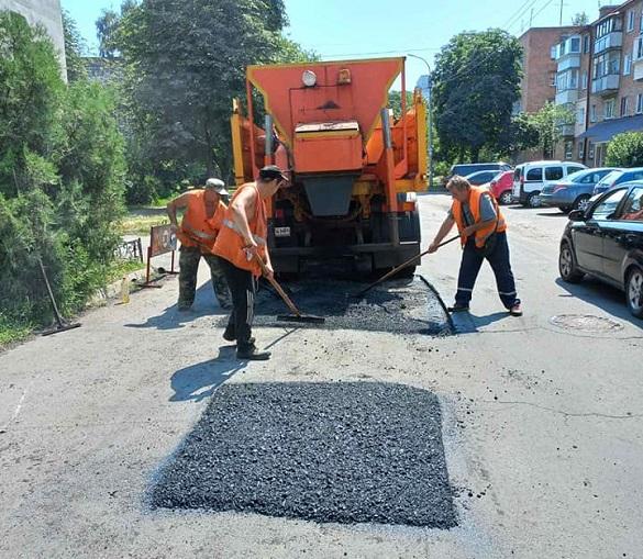 На одній з вулиць у Черкасах проводять ямковий ремонт (ФОТО)