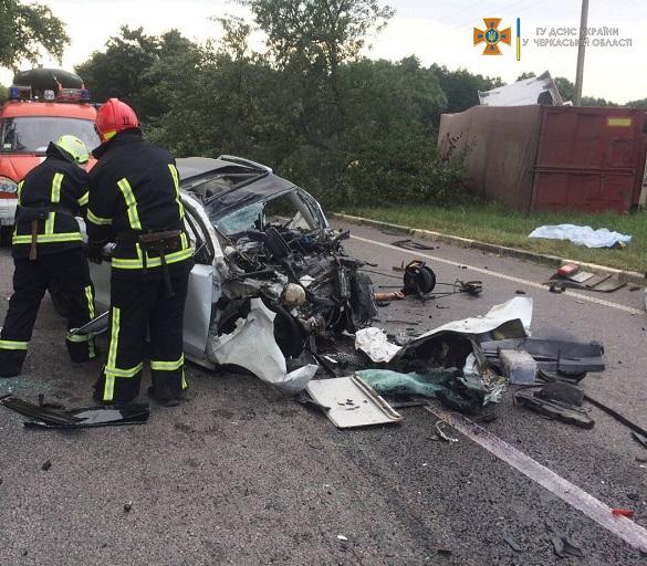 На Черкащині зіштовхнулись вантажівка та легковик: троє людей загинуло (ФОТО)