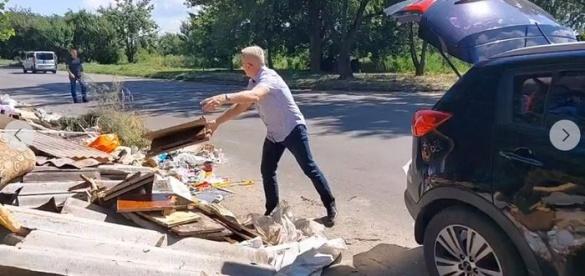 У Черкасах колишній прокурор, який викидав негабарит, втік від муніципалів (ВІДЕО)