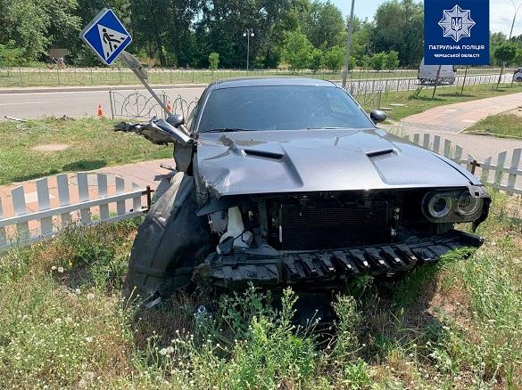 У одному з мікрорайонів Черкас сталася ДТП: автомобілі злетіли з дороги (ФОТО)