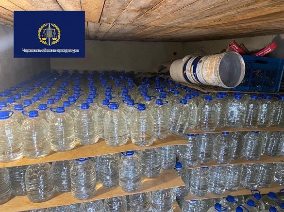 Понад 900 літрів спирту: на Черкащині правоохоронці припинили незаконне виготовлення алкоголю