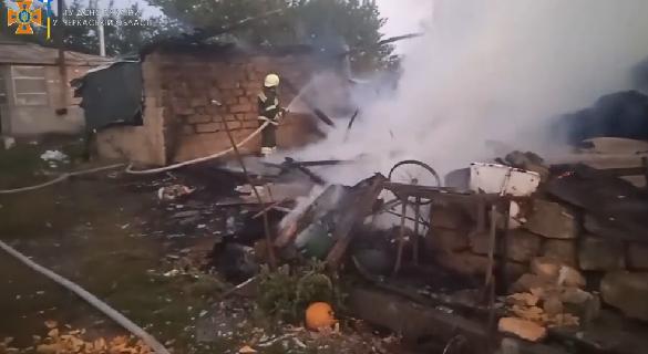 На Черкащин сталася пожежа: згорів мопед, пральна машина та декілька тонн сіна (ВІДЕО)