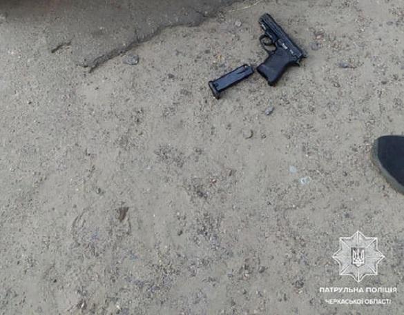 Шукав щось в клумбах: у Черкасах патрульні виявили чоловіка зі зброєю (ФОТО)