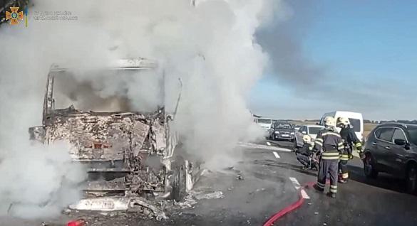 Під час руху на Черкащині загорілась вантажівка з товаром (ВІДЕО)