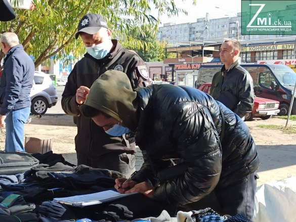 Носки, трішки галасу, а ще поліція з муніципалами:  в Черкасах провели рейд місцями стихійної торгівлі