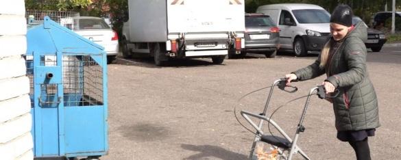 У Черкасах дівчина з інвалідністю навчила мешканців будинку сортувати сміття