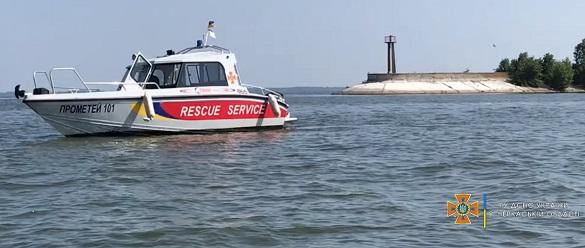 У Черкасах рятували рибалок, які опинилося за пів кілометра від берега у зламаному човні