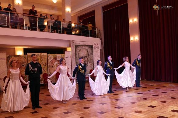 Танці та подарунки: вперше в Черкасах відбувся Офіцерський бал (ФОТО)