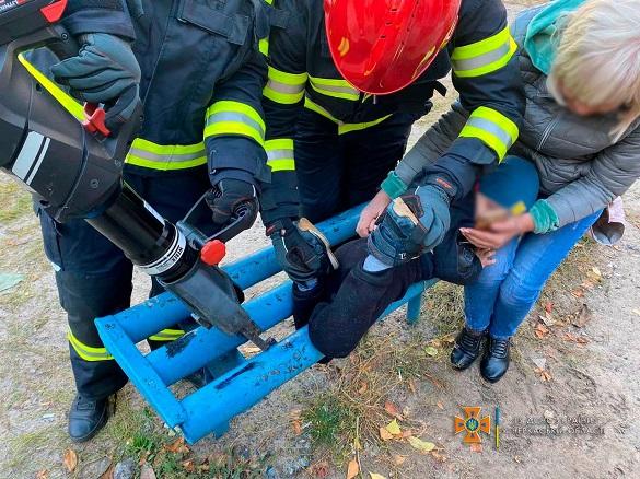 Черкаські рятувальники допомогли дитині, нога якої застрягла у лавці