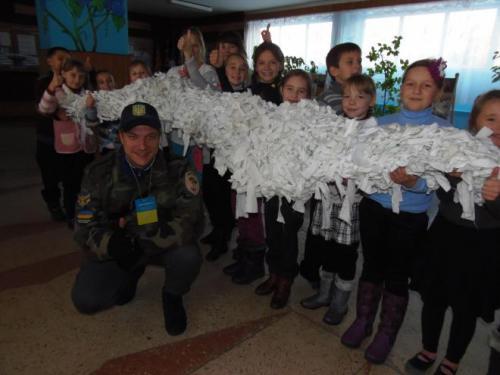 В Золотоноші діти сплели сітку для солдатів