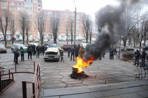 У Черкасах під судом палили шини