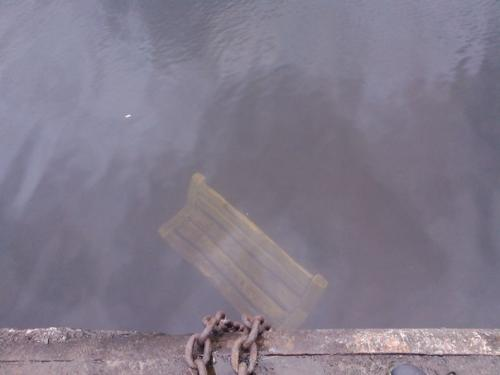 Черкаські вандали втопили в річці лавку (ФОТО)