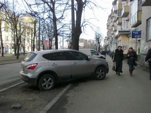 В центрі Черкас показали, як паркується бидло