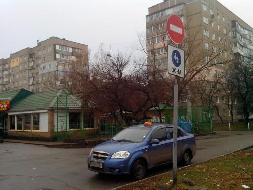 Активісти показали, як таксист незаконно припаркувався у Черкасах