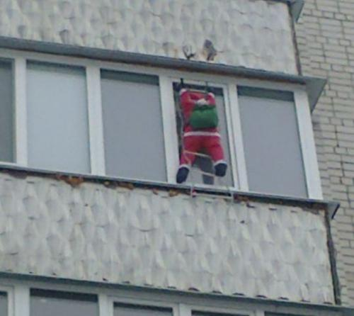 На балконі черкаської багатоповерхівки у Новий рік був помічений Дід Мороз (ФОТО)