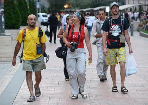 Туристів вразили у Черкасах каналізаційні люки з гербом (ВІДЕО)