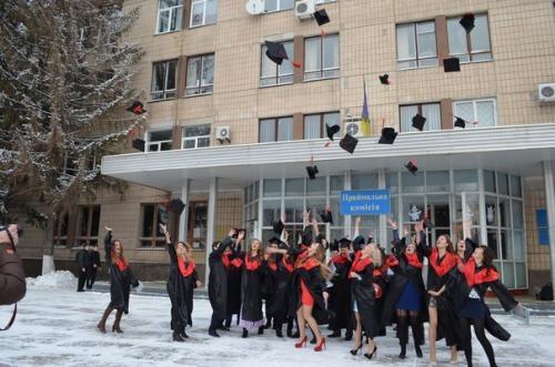 Під ялинку студенти ЧНУ отримали дипломи