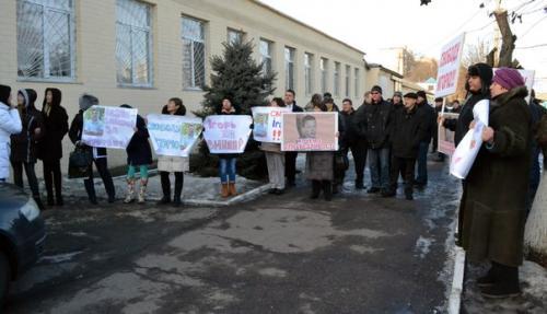 Розгнівані люди вимагали відпустити кам'янського старшокласника (ФОТО)
