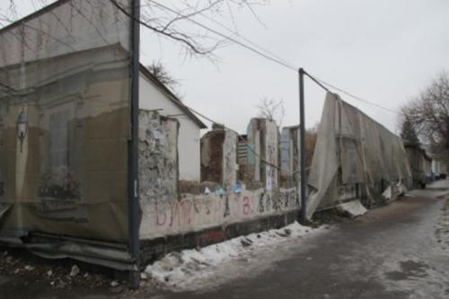 """Центральну вулицю Черкас """"прикрашає"""" обірване полотно (ФОТО)"""
