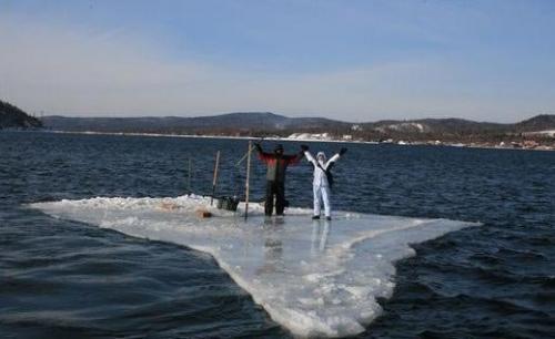 Рибалки відплили на льоду аж на 2 км від берега (ВІДЕО)