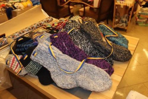 Черкащанки плетуть для бійців по 40 пар шкарпеток на тиждень