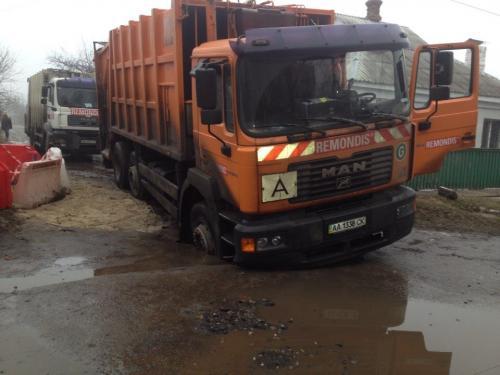 У Черкасах провалився сміттєвоз (ФОТО)