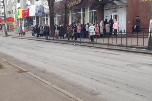 Сотні переселенців щотижня стоять у чергах за харчами (ФОТО)