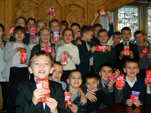 Черкаські діти готують для бійців солодкі валентинки