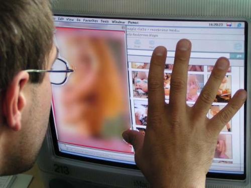У Черкасах невідомий показує дітям фото порнографічного характеру