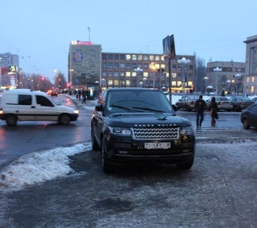 Машину футбольної фірми припаркували на тротуарі у Черкасах (ФОТО)