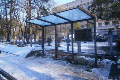 Біля обласної лікарні оновили зупинку (ФОТО)